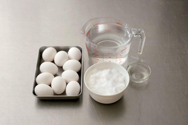 材料:左から卵10個(密閉容器に入るだけの個数)、水500㎖、塩150g(水に対して30%)、酒大 さじ1。