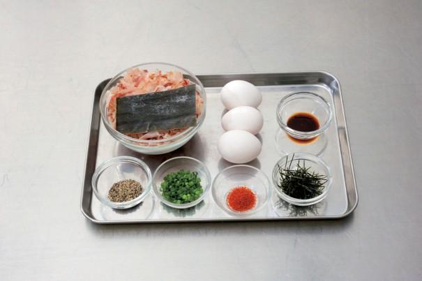 前列は左から薬味の粗挽き胡椒(適量)、小口切りした青葱(適量)、一味唐辛子(適量)、刻きざみ海苔(適量)。後列左端の容器は150㏄の出汁用の昆布10g(約5×10㎝)と鰹節15g、卵3個(室温に戻す)、醤油大さじ2。