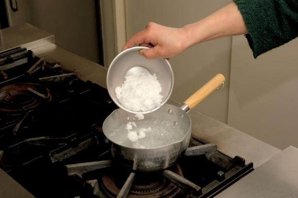 ①鍋に水、塩、酒を入れて火にかけ沸騰させる。塩が溶けたら火を止め、常温になるまで冷ます。