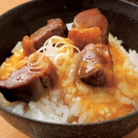 ④よく溶いた卵の中に鴨肉を入れて混ぜ、好みの分量を炊きたてのご飯にかける。最後に鴨の煮汁を適量かけて味を調え、小口切りにした長葱を加えれば完成。