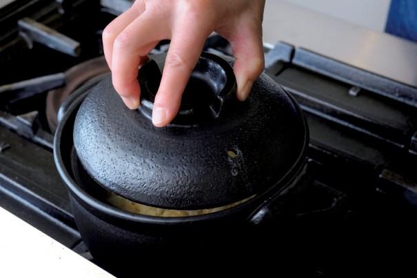 ⑥ 溶き卵をご飯全体に絡めたら、蓋をして5分ほど蒸らす(こうすることで土鍋の余熱が卵に加わる)。