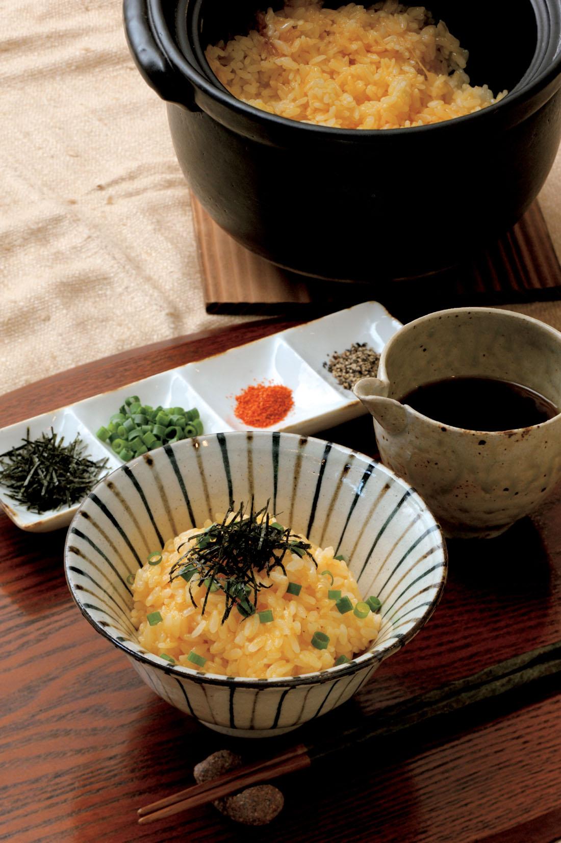 ⑦ 蒸らしている間に、出汁150㏄に醤油を加えて出汁醤油を作っておく。ご飯を茶碗によそって、好みで薬味をのせたら出汁醤油を好みの量加えて味を調える。