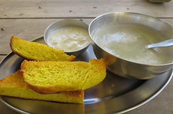 朝ごはんはヨーグルトとスープとパン。