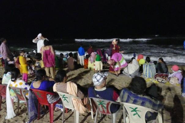 夜の海を眺める人々。