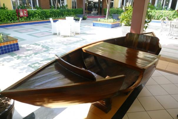 子供も喜ぶ? 船型のテーブルも。