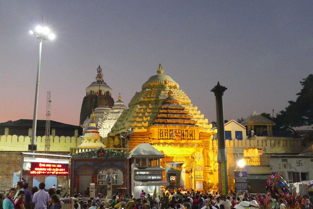 ライトアップされるジャガンナート寺院。