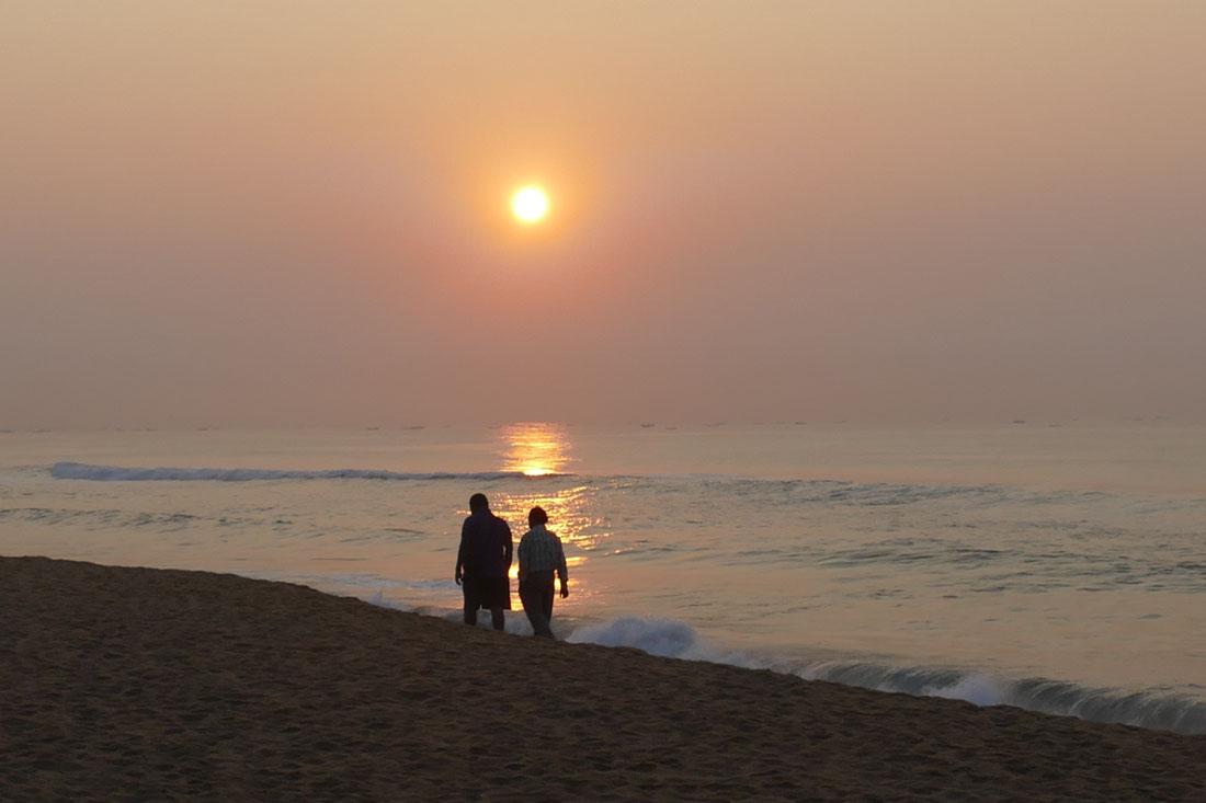 朝日が美しいホテル「メイファ・ヘリテージ」前のビーチ。