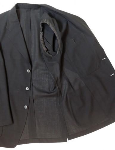 アンコン仕立てで作られたジャケット。裏地も芯地も使わないのでシャツのようにとても軽いが、unconstructed=構築的ではない分、見た目はカジュアルになる。