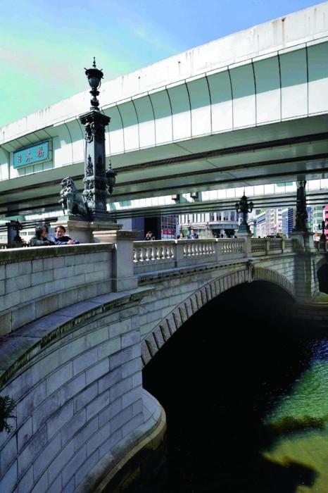 現在の日本橋。燈柱には獅子や麒麟といった霊獣があしらわれている。撮影/宮地工