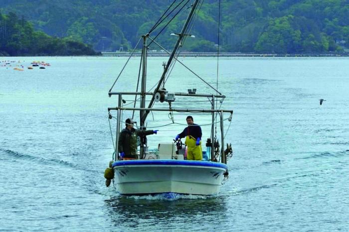 03営業や事務を含めてスタッフは30人。自ら海に出て養殖の指揮を執り、営業にも飛び回る。直営店のキャッチフレーズは〝社長が漁師〟。