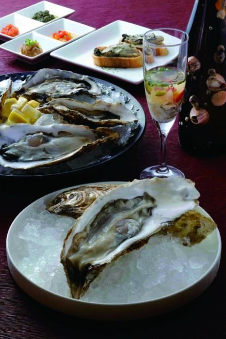 写真手前から、『夢牡蠣』(1個700円)、生牡蠣5個セット(1000円)、生牡蠣に日本酒を注ぎ香辛料を加えたオイスターシューター(500円)、牡蠣とゴルゴンゾーラチーズのトースト(2個入り600円)。