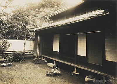漱石夫妻が暮らした熊本・合羽町の借家。三陸大津波の報に接してから3か月後、ここに転居した。漱石は正岡子規あての手紙にこう書いた。《熊本の借家の払底なるは意外なり。かかる処へ来て十三円の家賃をとられんとは夢にも思わざりし。「名月や十三円の家に住む」かね》写真/神奈川近代文学館所蔵