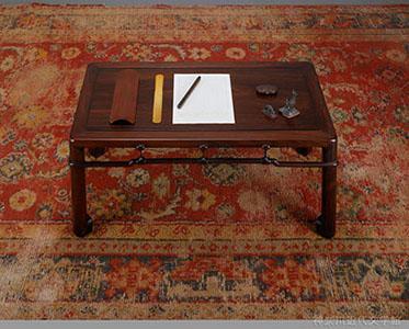 漱石愛用の紫檀の文机と、机辺の品々。『それから』『夢十夜』を含む数々の名作が、この机の上で紡がれた。敷いてあるペルシャ絨毯も漱石の遺愛品。神奈川近代文学館所蔵