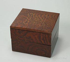 夏目家定紋付二段重箱。「平井筒(井桁)に菊」という夏目家の紋が金蒔絵であしらわれている。父親の代まで近在の名主をつとめていたという夏目家の風格が感じられる。神奈川近代文学館所蔵