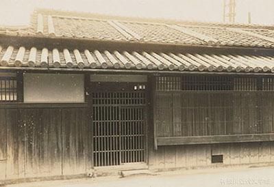 松山で英語教師をつとめていた時代、漱石が下宿していた上野家の表玄関。ここから学校までは400 メートルほどだったという。神奈川近代文学館所蔵