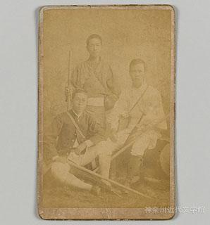 漱石は学生時代、さまざまなスポーツを楽しんだ。登山もそのひとつ。写真は明治24年、富士登山の折の記念写真。中央が漱石。左、山川信次郎、右、中村是公。神奈川近代文学館所蔵