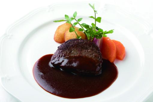 『上野精養軒「カフェラン ランドール」』の「牛フィレ肉のステーキ デミグラスソース」。かつては「ビフテキ」と呼ばれ、人気を博した。