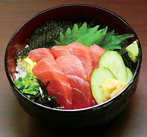 生鮮まぐろの赤身に、海ぶどうも添えられた「まぐろ丼」。「ねぎとろ丼」、「まぐろ中落ち丼」とも各500円という安さ。