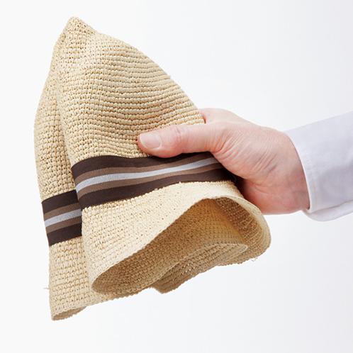 柔軟な仕上げなので折りたたむことができる。折り目が付かないように、軽くたたむのがコツ。