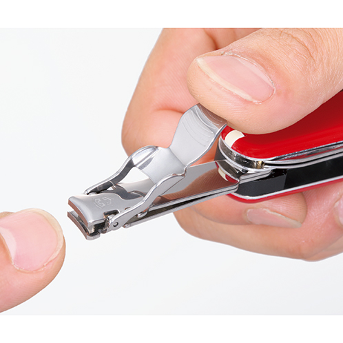 取り出してレバーを反転させると爪切りが登場する。切れ味はよく、爪の端などの細かな部分の手入れもできる。