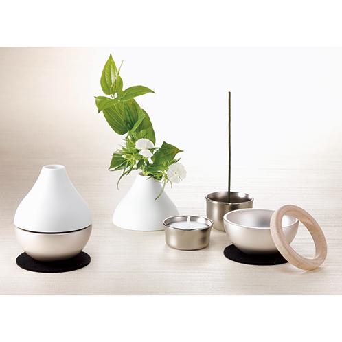 仏具の基本的な組み合わせである「三具足」(香立て、火立て、花立て)を機能的にまとめた。その機能美で平成27年のグッドデザイン賞を受賞。