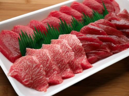 クロマグロの大トロ、中トロ、赤身の切り身を1パックに。それぞれの部位の美味しさを味わえます。