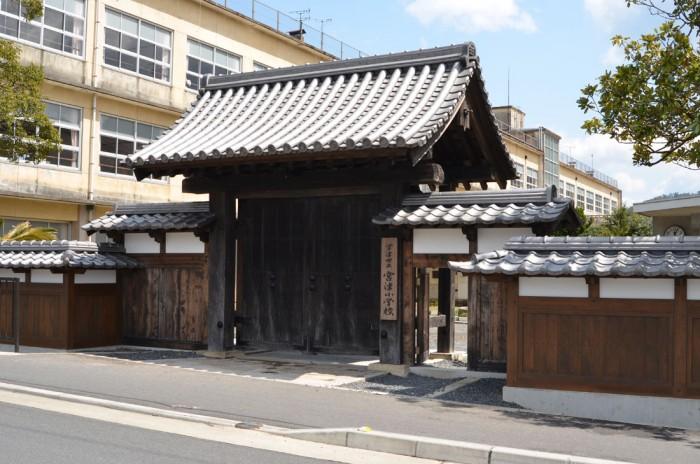宮津小学校正門。かつての宮津城太鼓門が整備移築された。