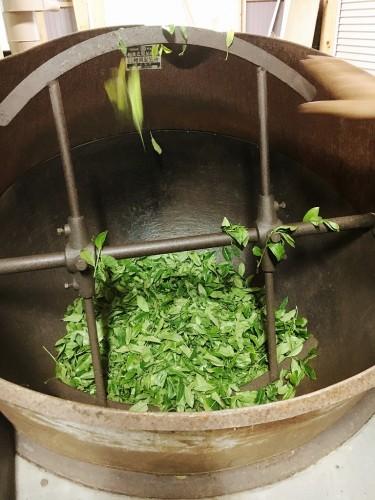 生の茶葉を高温の大釜で炒って、釜炒り茶がつくられます。