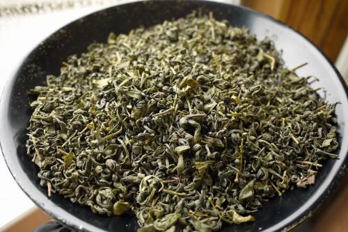 きたての釜炒り茶。丸まった茶葉の形状が特徴。