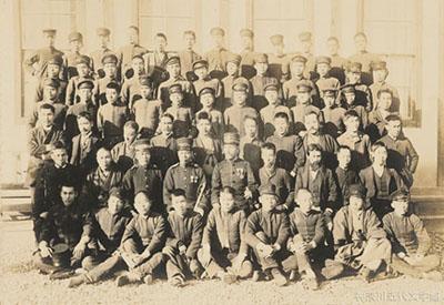 愛媛県尋常中学校(松山中学)卒業生との記念写真(明治29年4月)。3列目の左から2人目が漱石。ここにいる生徒たちの多くが、師範学校の生徒との乱闘騒ぎの中にもいたのだろう。写真・神奈川近代文学館所蔵