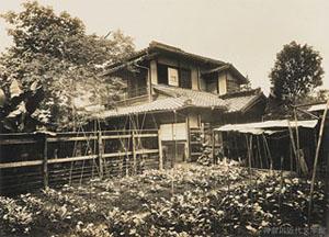 熊本における漱石一家の最後の住まいとなったのは、市内北千反畑(きたせんだんばた)の借家だった。明治33年3月下旬に移り住み、4か月弱を過ごした。写真・神奈川近代文学館所蔵