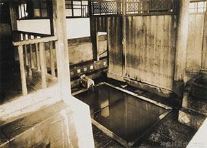 熊本・小天温泉にあった前田案山子別邸の浴場。小説『草枕』では、主人公の画工が入浴中に、湯けむりのなか裸体の那美さんが現れる場面が描かれる。神奈川近代文学館所蔵