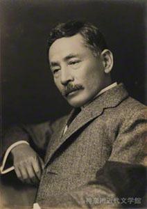 喪章をつけた漱石の肖像写真。大葬の日の6日後、大正元年9月19日に撮影。神奈川近代文学館所蔵