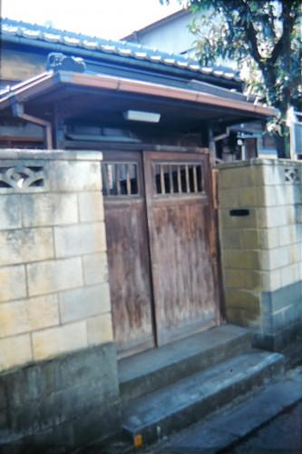 東京・根岸の子規庵入口。子規庵は昭和20年の戦災で消失したが昭和26年に復元され、ありし日の正岡子規の面影を今に伝えている。