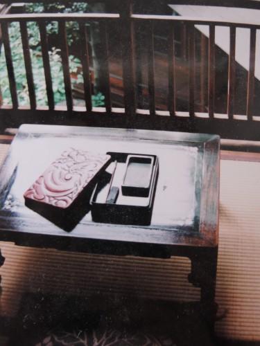 10数年前、取材で修善寺の菊屋旅館を訪れた際、女将に見せてもらった漱石遺愛の硯。漱石はこれを東京から持参したと伝えられている。