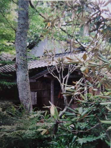 伊豆・修善寺のテーマパーク「虹の郷」内を訪れると、かつて漱石が宿泊した菊屋旅館の部屋が移築・保存されていた。