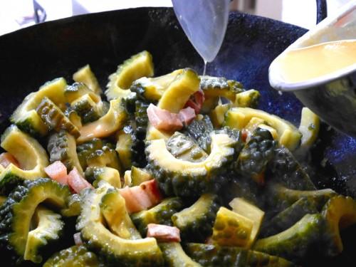 <手順⑥>⑤に鰹だし(分量内)で溶いた白味噌を入れて、ゴーヤーと白味噌が一体になって、とろみとつやが出たら出来上がり。