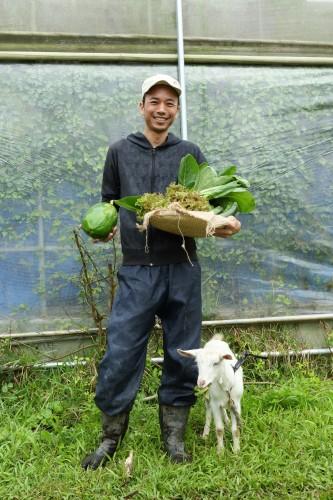 農業生産法人株式会社『サンシャイン・ファーム』の取締役農場長、大城盛朝さん。琉球大学農学部で比嘉照夫博士に学び、『EM研究機構』の研究員、農業技術者などを経て現職に。