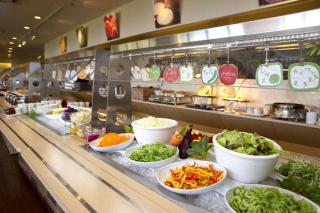 ブッフェには、EM農法で栽培した新鮮な野菜が並びます。みずみずしく、甘みがあり、野菜本来の美味しさに感動します。