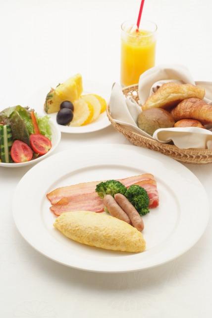 朝食にはEM農法で栽培された野菜や果物、『サンシャイン・ファーム』の「まなたまご」を使った卵料理も出されます。