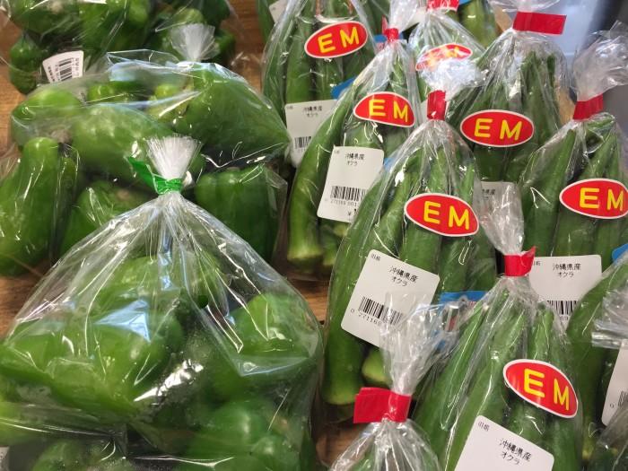 スーパーの沖縄野菜コーナーにも、EM栽培の野菜が置いてあります。