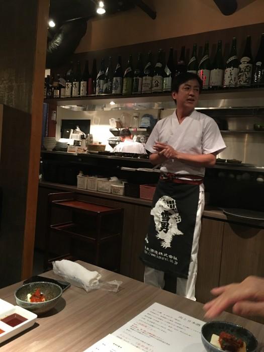 店主の尹伸文さんが、最初にルールを説明。よーいどんで一斉にスタートします。