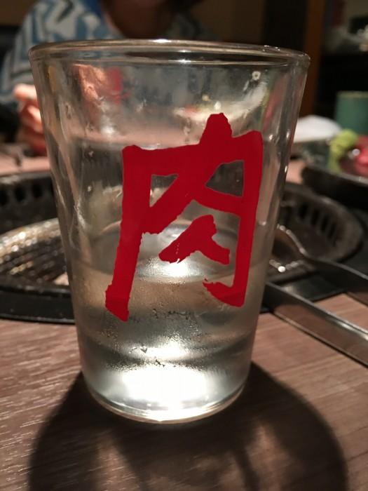 何の変哲もない普通のコップですが、肉の文字が強烈。飲みたい日本酒を好きなだ け注げます。