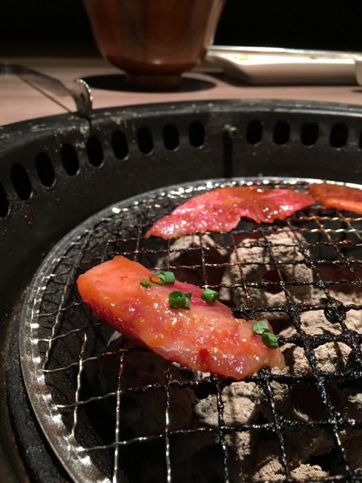 トングを使って、炭火で好みの焼き加減に。上質な肉なので、焼きすぎは禁物。
