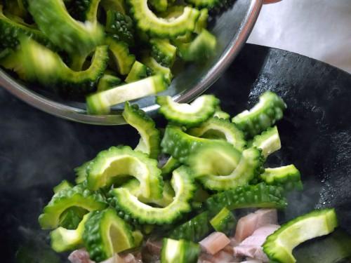 鍋に油を熱し、③を入れて脂がジリジリ出てきたらゴーヤーを入れて、全体に油が行きわたるまで炒める。