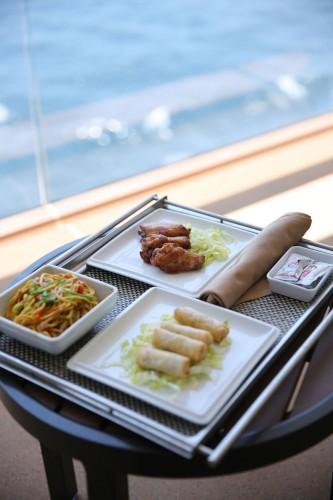 海を見ながらベランダで中華料理ランチ。