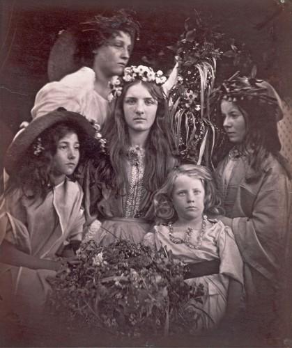 ジュリア・マーガレット・キャメロン《五月祭》〔1866年 ヴィクトリア・アンド・アルバート博物館蔵〕ⒸVictoria and Albert Museum,London