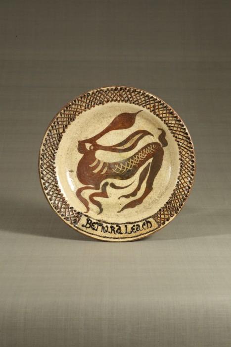 バーナード・リーチ「楽焼駆兎文皿」〔千葉・我孫子 1919年 日本民藝館蔵〕
