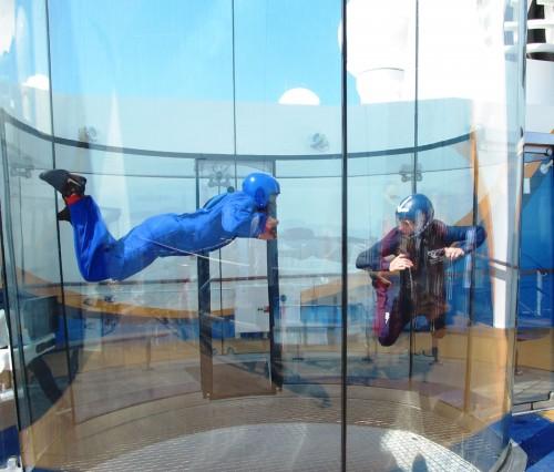 船上スカイダイビング模擬体験。
