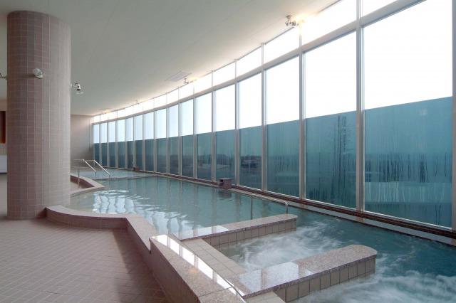 EMセラミックスなどを使用した濾過装置を通したお湯が、大浴場の湯船を満たしています。